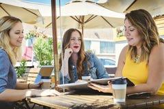 Małego Biznesu spotkanie przy sklepem z kawą obrazy royalty free