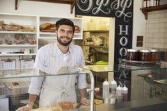 Małego biznesu właściciel za kontuarem kanapka bar Fotografia Stock