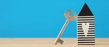 małego domu model z kluczem nad drewnianą podłoga Selekcyjna ostrość obrazy stock