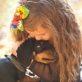 Małego dziecka całowanie i przytulenie szczeniak Zdjęcia Stock