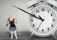 Małego dziecka ciągnięcia ręki zegar, czasu zarządzania pojęcie zdjęcia royalty free
