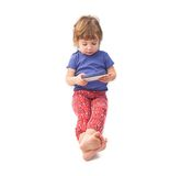 Małego dziecka obsiadanie i bawić się smartphone Fotografia Stock