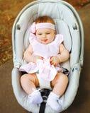 Małego dziecka obsiadanie w samochodowym siedzeniu obrazy stock