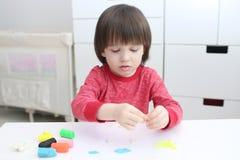 Małego dziecka (3 roku) modelarski playdough obrazy royalty free