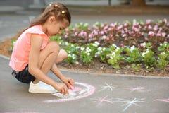 Małego dziecka rysunkowy serce z kredą Zdjęcia Stock