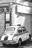 Małego klasycznego Włoskiego Retro taxi śmieszny samochód, podróż, wycieczka turysyczna i turystyka, Włochy, pionowo wizerunek cz obrazy stock