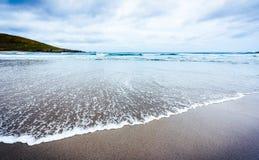 Małego oceanu denne fala na piaskowatej plaży w spokoju wietrzeją Obrazy Stock