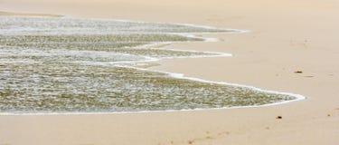 Małego oceanu denne fala na piaskowatej plaży w spokoju wietrzeją Obraz Stock