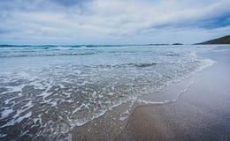 Małego oceanu denne fala na piaskowatej plaży w spokoju wietrzeją Fotografia Royalty Free