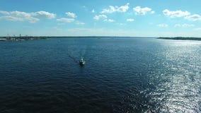 Małego statku chodzenie wzdłuż rzeki zbiory wideo
