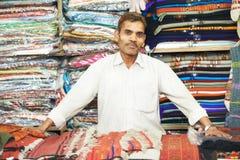 Małego wlaściciela sklepu indyjski mężczyzna przy jego pamiątkarskim sklepem Fotografia Stock