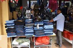 Małego wlaściciela sklepu mężczyzna sprzedawania indyjskie chusty, odzież i souveni, Obrazy Stock