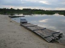 Małej Łódki i bambusa tratwa Obrazy Royalty Free