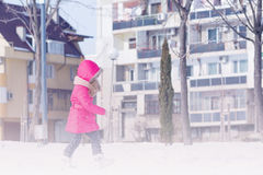 Małej Ślicznej słodkiej dziewczyny plenerowy bawić się w zima śniegu parku Fotografia Stock