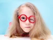 Małej blondynki kędzierzawa dziewczyna ściska czerwonego basenji psa zdjęcie royalty free