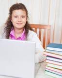 Małej brunetki uśmiechnięta dziewczyna z laptopem Obrazy Stock