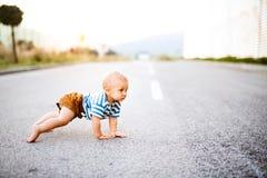 Małej chłopiec pełzający outside na drodze zdjęcie royalty free