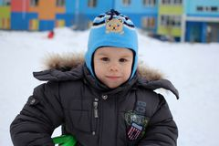 Małej chłopiec radośni spacery w zimy outside bawić się zdjęcie royalty free