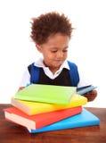 Małej czarnej chłopiec czytelnicze książki Obraz Royalty Free