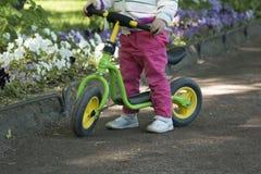 Małej dziewczynki ćwiczy jeździć na rowerze Obraz Royalty Free