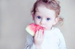 Małej dziewczynki łasowania arbuz Fotografia Stock