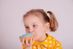 Małej dziewczynki łasowania donuts Zdjęcie Stock