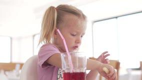 Małej dziewczynki łasowania francuz smaży z ketchupem w kawiarni zdjęcie wideo