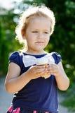 Małej dziewczynki łasowania ice-cream zdjęcia royalty free