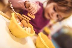 Małej dziewczynki łasowania jedzenie przy daycare centre zdjęcia royalty free