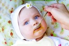 Małej dziewczynki łasowania posiłku bani pierwszy stały puree Obrazy Stock