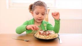 Małej dziewczynki łasowania spaghetti zbiory wideo