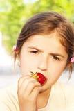małej dziewczynki łasowania truskawki Obrazy Royalty Free