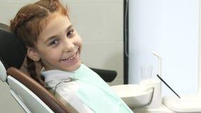 Małej dziewczynki śliczni spojrzenia przy uśmiechami i kamerą zbiory wideo