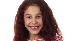 Małej dziewczynki śliczni uśmiechy i śmiechy zdjęcie wideo