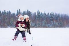 Małej dziewczynki ang szczęśliwa mama cieszy się zima śnieżnego dzień Zdjęcie Stock