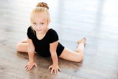 Małej dziewczynki baleriny rozciąganie w tana studiu fotografia stock