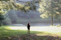 Małej dziewczynki biegać excited bawić się blisko wody fotografia stock