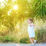 Małej dziewczynki biegać outside z zmierzchem fotografia royalty free