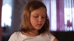 Małej dziewczynki blondynka rysuje ołówek w górę na tle - zamazany okno zbiory wideo