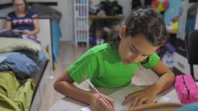 Małej dziewczynki córka robi pracy domowej edukacji lekcji szkoły zwolnionego tempa wideo przygotowanie szkoła, z powrotem trochę zdjęcie wideo