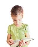 Małej dziewczynki chwyta książka w rękach zdjęcie stock