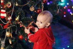 Małej dziewczynki czekanie dla cudu w Bożenarodzeniowych dekoracjach Zdjęcia Royalty Free