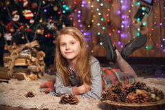 Małej dziewczynki czekanie dla cudu w Bożenarodzeniowych dekoracjach Zdjęcia Stock