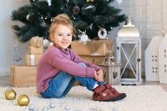 Małej dziewczynki czekanie dla cudu w Bożenarodzeniowych dekoracjach Obrazy Royalty Free