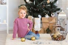 Małej dziewczynki czekanie dla cudu w Bożenarodzeniowych dekoracjach Zdjęcie Royalty Free