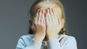 Małej dziewczynki dopatrywania horror, chuje twarz w rękach, kontrola rodziców usługa zdjęcie wideo