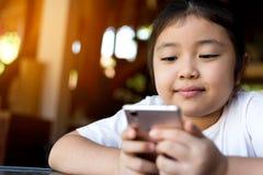 Małej dziewczynki dopatrywania kreskówka na urządzeniu przenośnym Obraz Stock