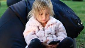 Małej dziewczynki dopatrywania kreskówki w telefonie zdjęcie wideo