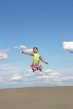 Małej dziewczynki doskakiwanie na plaży Fotografia Stock