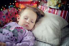 Małej dziewczynki dosypianie z bożymi narodzeniami Zdjęcie Stock